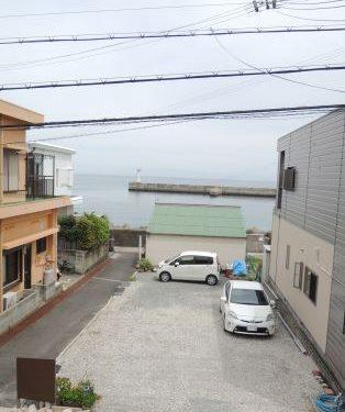 2階の窓から海が見えます。